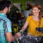 Obsługa kart płatniczych a zwolnienie z VAT. Co warto wiedzieć?